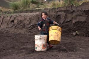 © Lucie Woschek, Fillette aux sceaux, série Miradas Quechuas