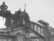 Photographie en noir et blanc de soldats devant la Gare d'Etterbeek en novembre 1918