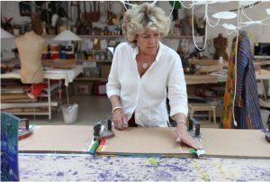 Photographie d'Isabelle de Borchgrave dans son atelier