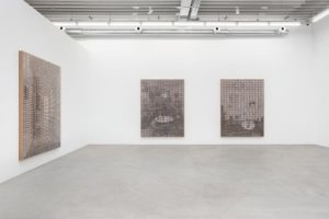 Gregor Hildebrandt, Der Flur Blick von der Tür, 2019.Jet d'encre, boite de cassette plastique et support en bois, 247 x 184 x 10 cm.