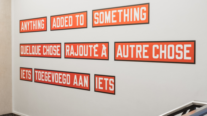 Lawrence Weiner, Anything added to something, 2009 © Thibault De Schepper