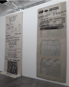 Gabriel Kuri, Sans titre (GB Self-Caisse), 2010. 383 x 155 cm, tapisserie fabriquée à la main, WIELS, Bruxelles. Cliché L. Segard, 2019