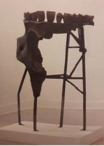 Kiki Smith, Teeth Fountain, 125 x 81 x 70 cm, 1995, bronze, pompe à eau, Centre de la gravure et de l'image imprimée, La Louvière. Cliché L. Segard, 2019.