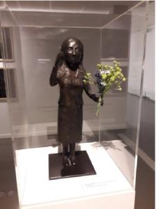 Kiki Smith, Announcement, 2008, 43.2 x 21.6 x 21. 6 cm, bronze, fleurs artificielles et fil de fer, Centre de la gravure et de l'image imprimée, La Louvière. Cliché L. Segard, 2019.
