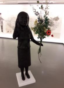 Kiki Smith, Singer, 2009, 164 x 63 x 53 cm, bronze, fleurs artificielles et fil de fer, Centre de la gravure et de l'image imprimée, La Louvière. Cliché L. Segard, 2019.