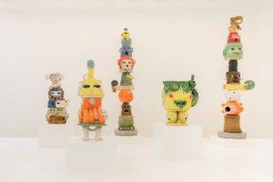 Eric Croes, Totems, 2020, céramique émaillée, différents formats.