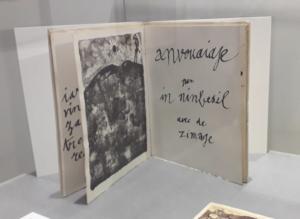 Anvouaiaje par in ninbesil avec de zimage, 1949. Texte autographique de J. Dubuffet calligraphié sur papier repart avec 9 lithographies réalisées à l'imprimerie Desjobert. Exemplaire n°13/20 sur Rives, Ed. J. Dubuffet, 1960.