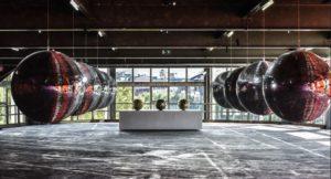 John Armleder, Universal Disco Balls II, 2020, boules à facettes, éclairages. Diamètres : 100cm. Courtes de l'artiste. Photo : Veerle Vercauteren.
