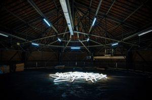 John Armleder, Very Big Player, 2020. Tables fluorescents, dimensions variables. Courtesy de l'artiste. Photo : Veerle Vercauteren.