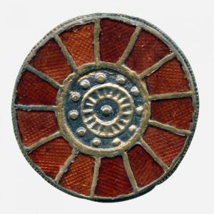 Fibule discoïde cloisonnée sertie de grenats, argent, argent doré, grenat, milieu du VIe s., Trivières © Musée royal de Mariemont © photo M. Lechien
