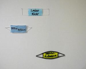 Babi Badalov, I Miss Kiss, 2021. 9.5 x 17.5 cm, feutre noir sur masque en papier. SOSial distance, 2020. 9.5 x 19.8 cm, feutre noir sur masque en tissus. SOSial distance, 2020. 10.5 x 20. 5 cm, feutre noir sur masque en tissu. Centre de la Gravure et de l'Image Imprimée, La Louvière. © L. Segard.