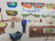 David Hockney. In the Studio, December 2017 (détail). Dessin photographique sur papier, monté sur 7 panneaux Dibond, 278,1 x 760,1 cm au total. Édition limitée à 12. Tate : Don de l'artiste 2018. © David Hockney, assisté par Jonathan Wilkinson